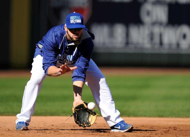 Oct 20, 2014; Kansas City, MO, USA; Kansas City Royals third baseman Mike Moustakas (8) fields ground balls during practice the day before the start of the 2014 World Series at Kauffman Stadium. Mandatory Credit: Christopher Hanewinckel-USA TODAY Sports. Foto: Reuters