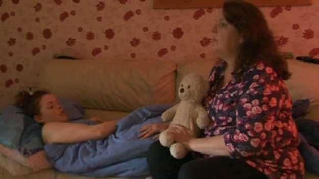 Janine Goodier tuvo que dejar su trabajo para ocuparse de su hija. Foto: BBC Mundo
