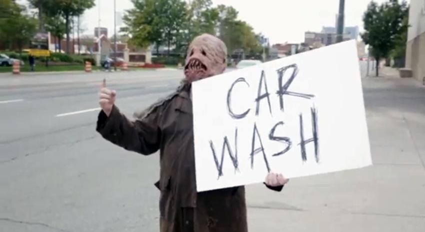 Monstruo anunciando un auto lavado Foto: Terra