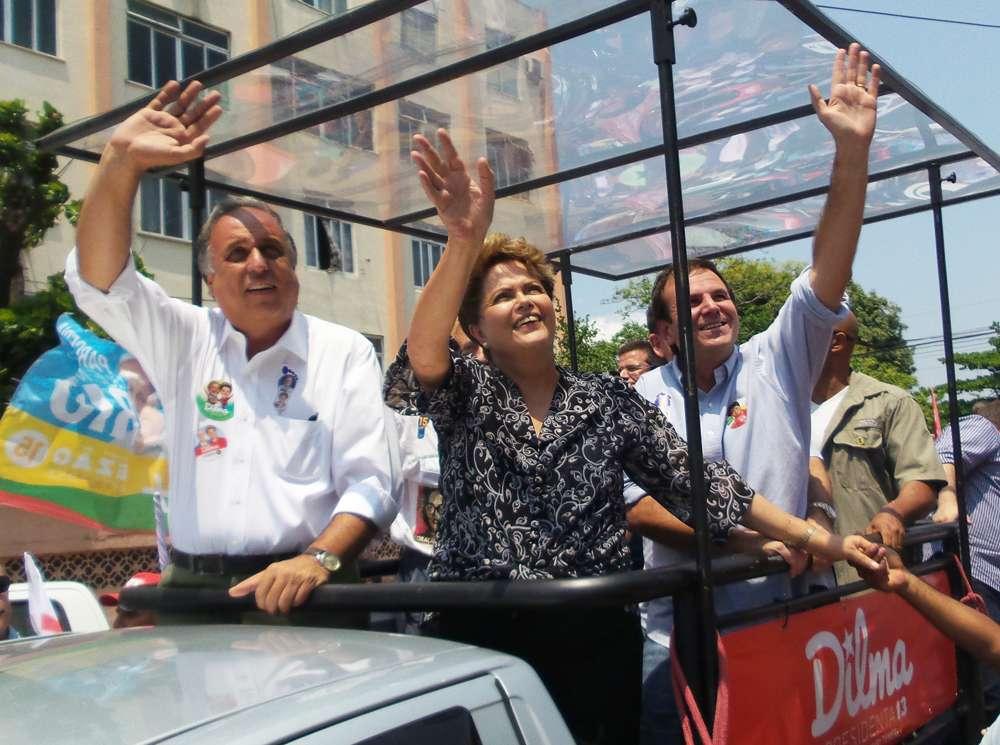 Candidata à reeleição pelo PT, Dilma Rousseff participou de duas carreatas no Rio de Janeiro, nesta segunda-feira, em que apoiou os candidatos ao governo do Estado, Marcelo Crivella (PRB) e Luiz Fernando Pezão (PMDB) Foto: André Naddeo/Terra