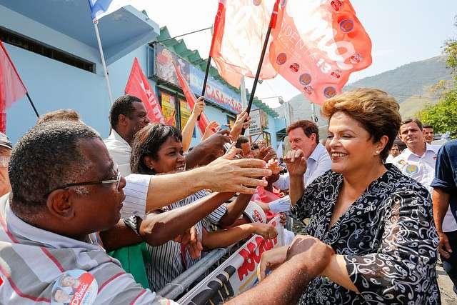 Candidata à reeleição pelo PT, Dilma Rousseff participou de duas carreatas no Rio de Janeiro, nesta segunda-feira, em que apoiou os candidatos ao governo do Estado, Marcelo Crivella (PRB) e Luiz Fernando Pezão (PMDB) Foto: Ichiro Guerra/Divulgação