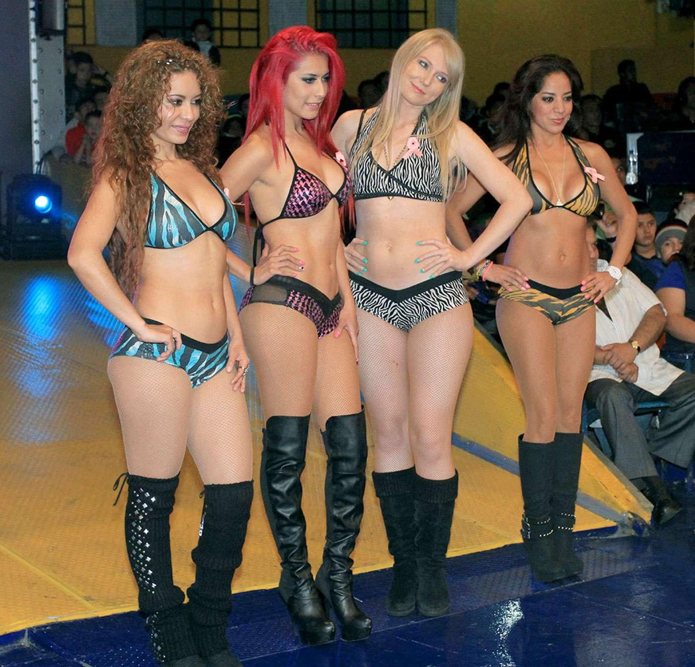 Las bellas Diosas del Ring animan a los aficionados que asistieron a la Arena Coliseo a disfrutar las batallas del Consejo Mundial de Lucha Libre. Foto: Terra