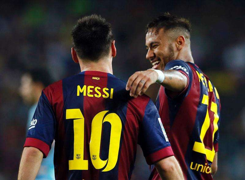 Jogadores do Barcelona Lionel Messi e Neymar comemoram gol marcado contra o Eiber em partida pelo Campeonato Espanhol no estádio Camp Nou, em Barcelona. 18/10/2014. Foto: Albert Gea/Reuters