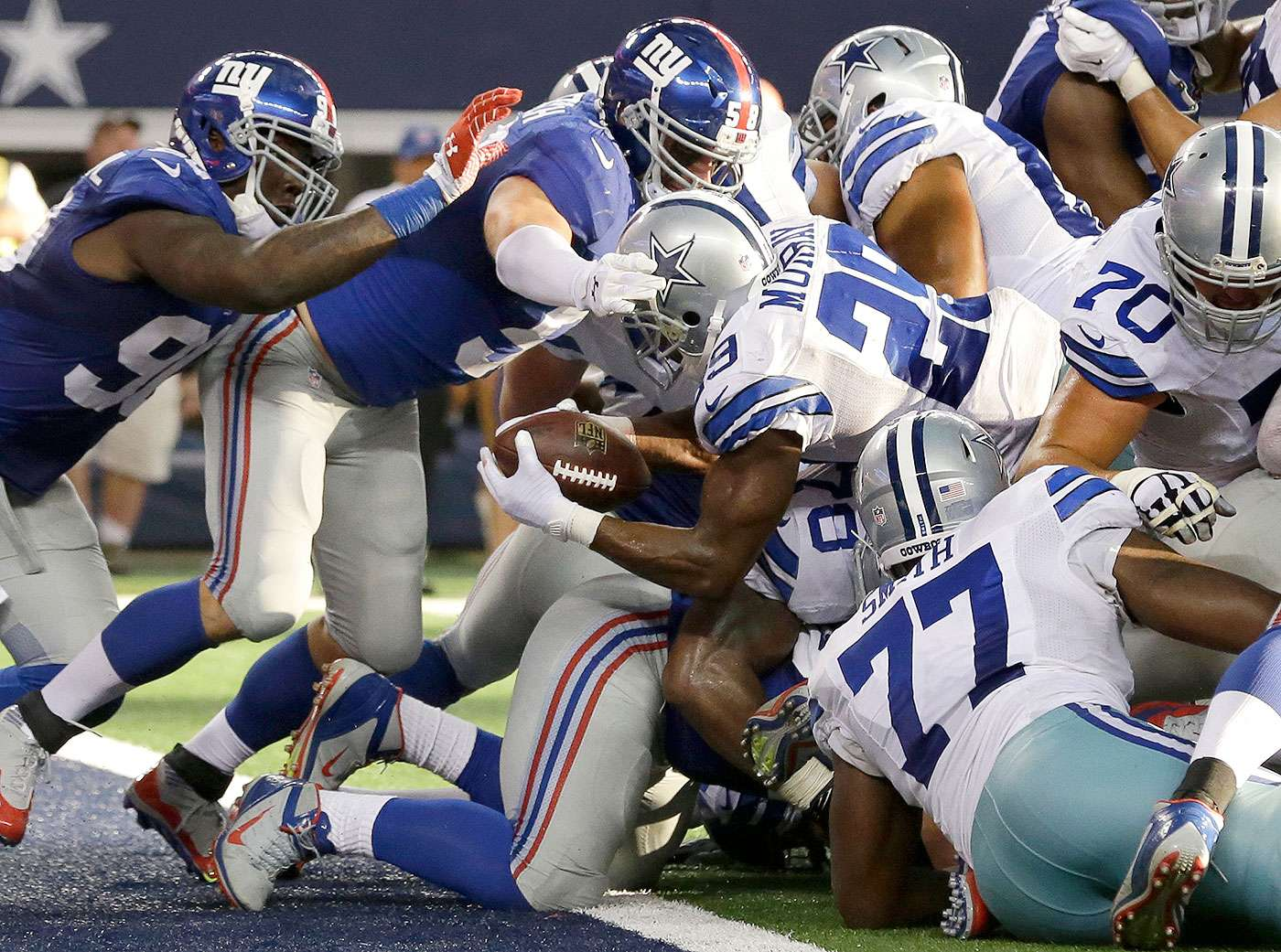 DeMarco Murray, de los Cowboys de Dallas, anota frente a Robert Ayers (91) y Mark Herzlich (58), de los Giants de Nueva York, en el partido del domingo 19 de octubre de 2014 Foto: AP