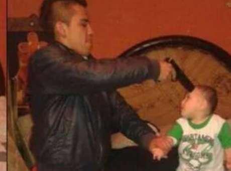 15 de octubre.- Luis Martín Rocha se volvió viral en redes sociales luego de publicar en Facebook fotos apuntándole a un bebé en la cabeza con un arma. En respuesta, el hombre publicó un video donde reconoce que se equivocó. Rocha Pérez narra que todo fue parte de un juego y no provocó ningún daño al bebé, de quien dijo es su sobrino. Aclaró que la pistola se trata de un juguete Foto: Facebook / Luis Martín Rocha Pérez