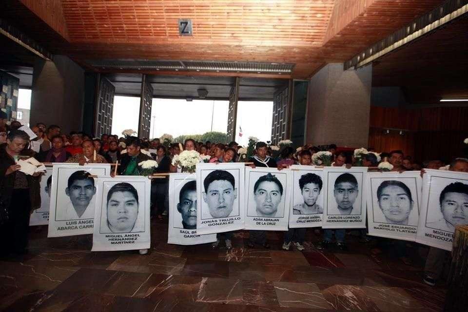 En el interior de la Basílica de Guadalupe, padres de normalistas mostraron cartulinas con los rostros de los estudiantes desaparecidos en Iguala. Foto: Tomás Martínez/Reforma