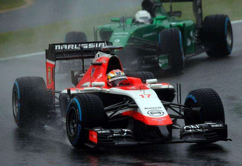 Marussia Formula One driver Jules Bianchi of France drives in front of Caterham Formula One driver Kamui Kobayashi of Japan during the Japanese F1 Grand Prix at the Suzuka Circuit October 5, 2014. Foto: Yuya Shino/Reuters
