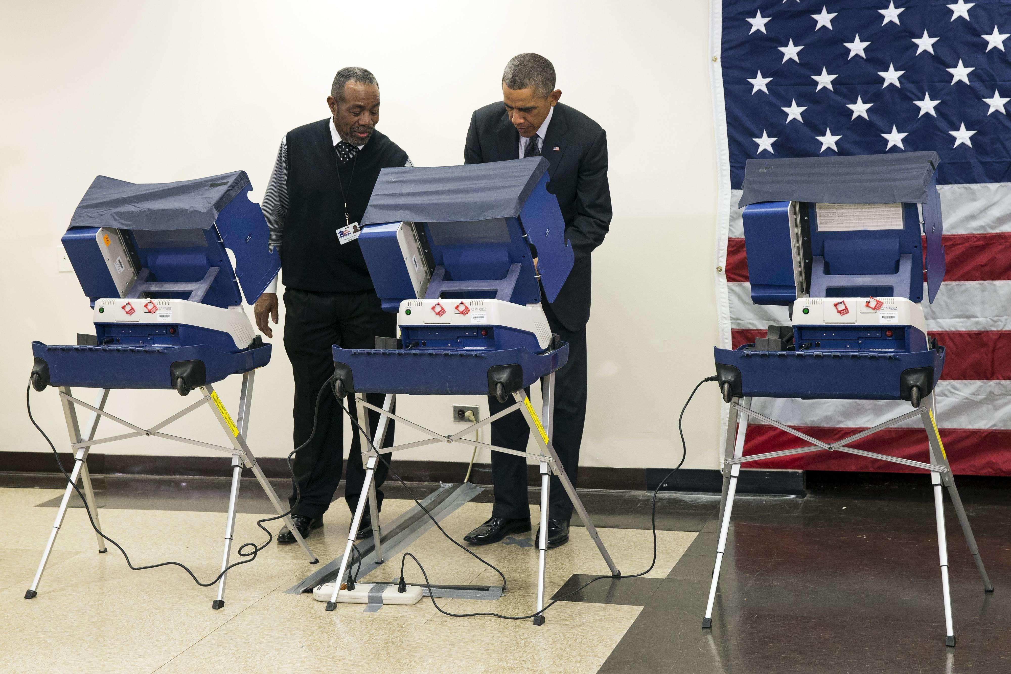 Presidente Barack Obama, izquierda, vota anticipadamente en las elecciones al Congreso de 2014 en el Centro Comunitario Dr. Martin Luther King, lunes 20 de octubre de 2014 Foto: AP en español