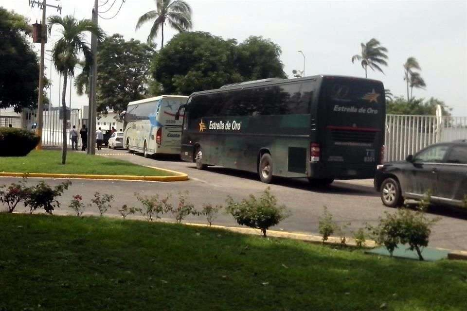 Tras reunirse con autoridades federales, el representante de los familiares de los 43 normalistas desaparecidos dijo que no confían en las indagatorias realizadas. Foto: Francisco Robles/Reforma