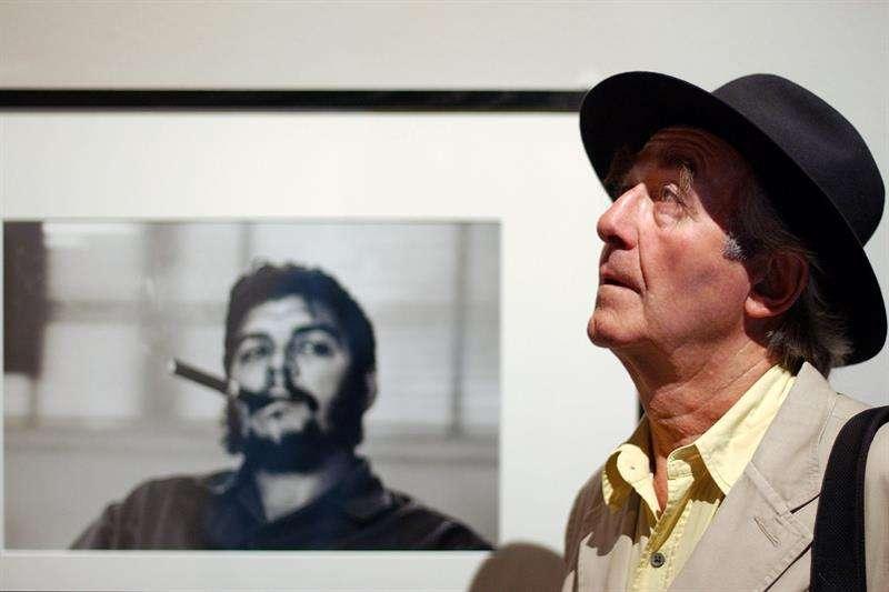 Imagen del 24 de junio de 2004 del fotógrafo suizo Rene Burri, quien había depositado toda su colección, de más de 30,000 fotografías, en el Museo del Elíseo de Lausana. Foto: EFE en español