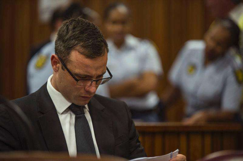 Olympic and Paralympic track star Oscar Pistorius attends his sentencing hearing at the North Gauteng High Court in Pretoria October 17, 2014. Foto: Mujahid Safodien/Reuters