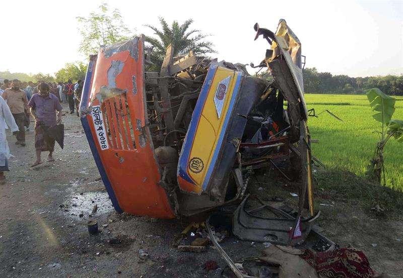 Bangladesh registra una de las tasas más altas del mundo de mortalidad en carretera, debido en gran parte al mal estado de las infraestructuras. Foto: EFE en español
