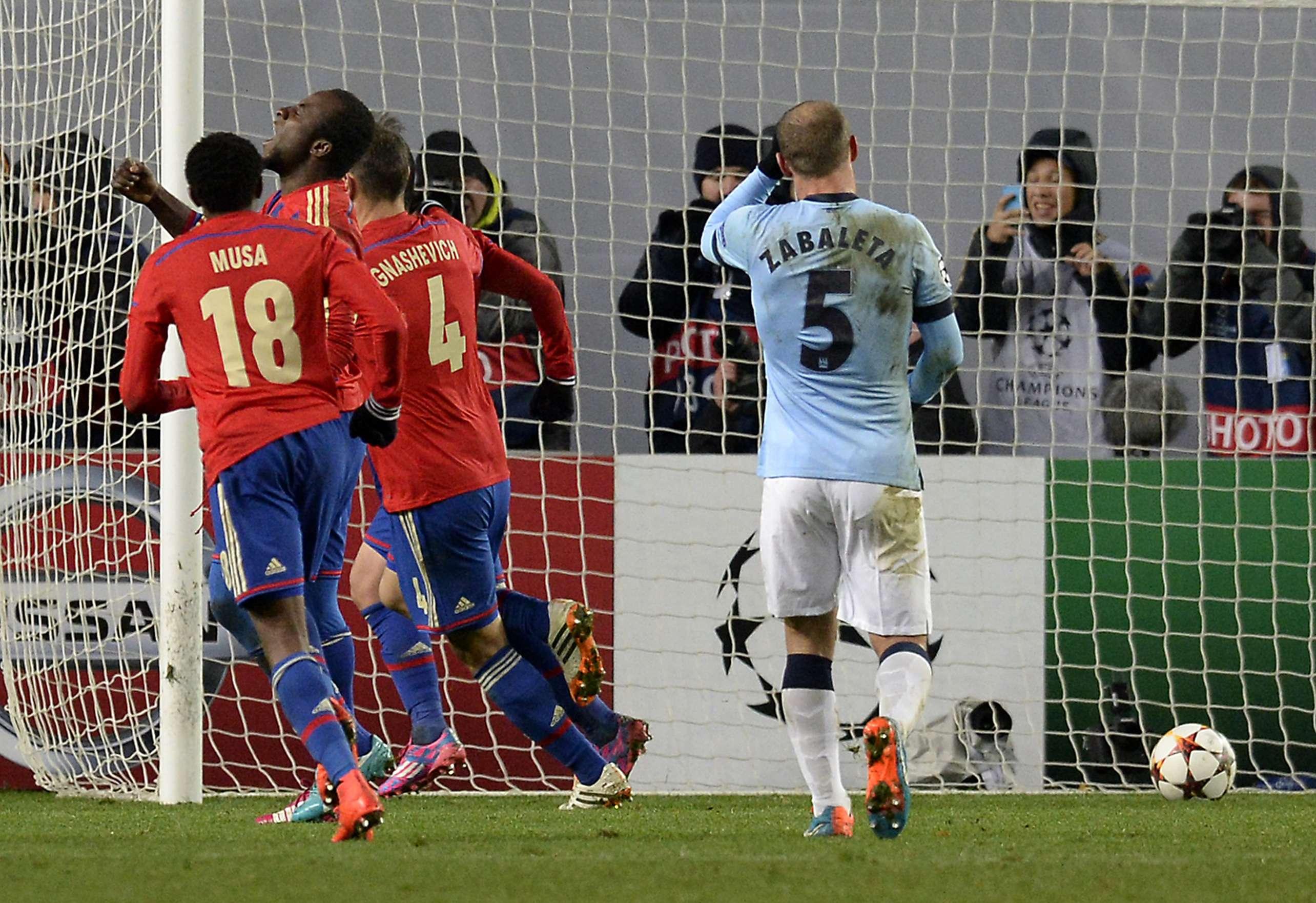 El Manchester City no pudo mantener su ventaja de dos goles sobre el CSKA Moscú como visitante en la en la Arena Khimki, y al final tuvo que conformarse con un empate de 2-2, en duelo correspondiente al Grupo E de la Champions League. Los anotadores fueron Sergio Agüero al 29 y James Milner al 38; por los locales anotaron Seydou Doumbia al 65 y Bebras Natcho de penal al 86. Foto: AFP