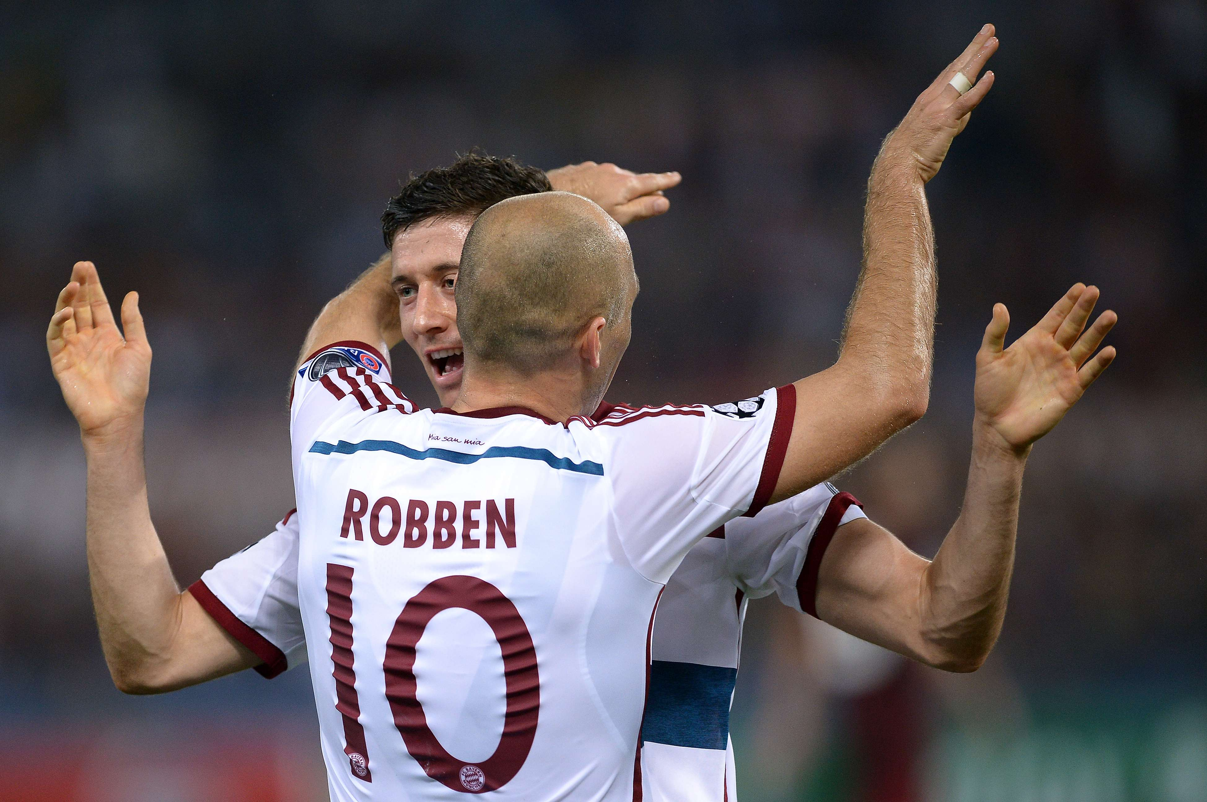 Robben ganha o abraço do artilheiro Lewandowski em mais uma vitória do Bayern Foto: Filippo Monteforte/AFP