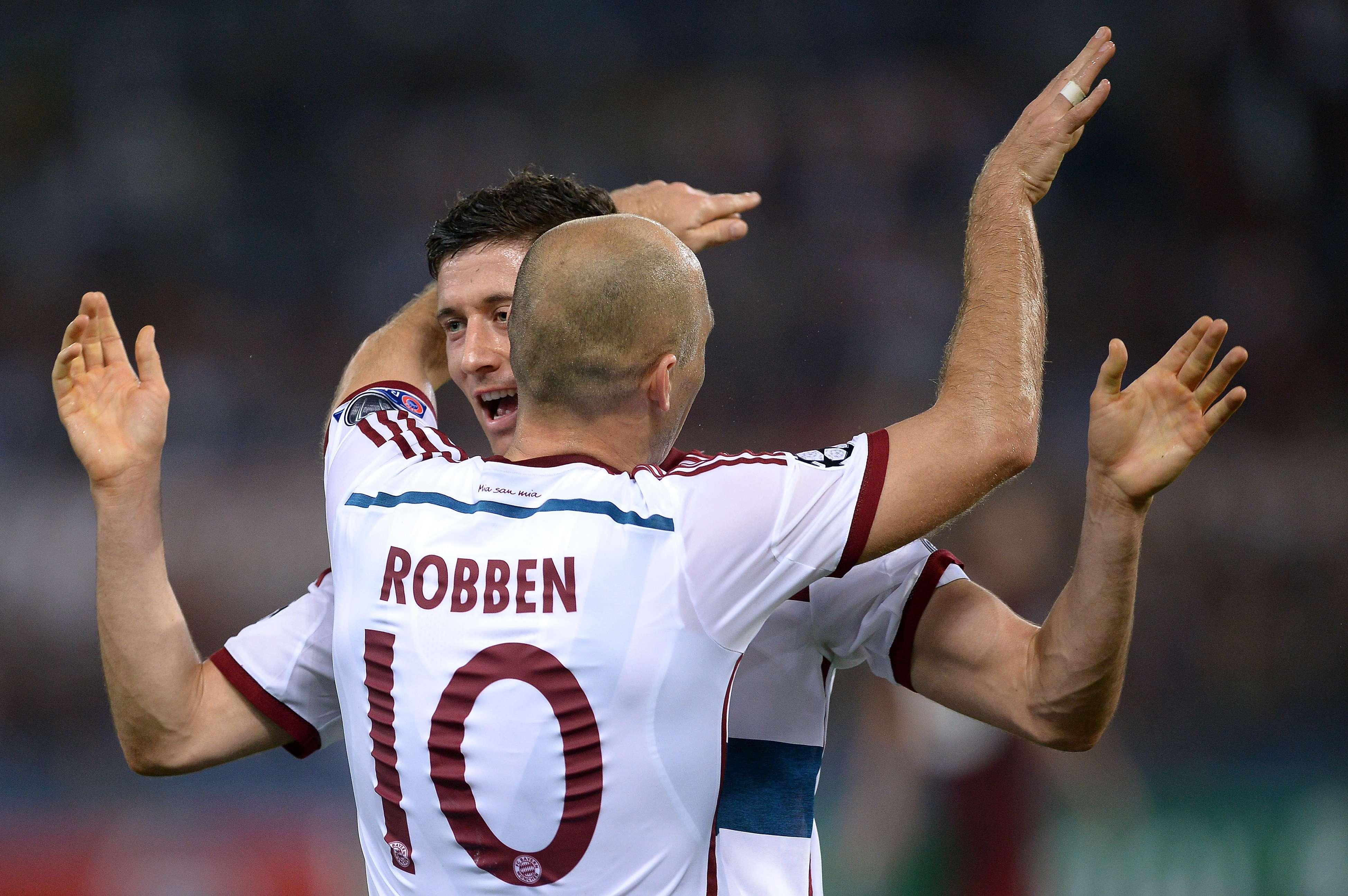 Robben ganha o abraço do artilheiro Lewandowski em mais uma vitória do Bayern Foto: Filippo Monteforte/AFP