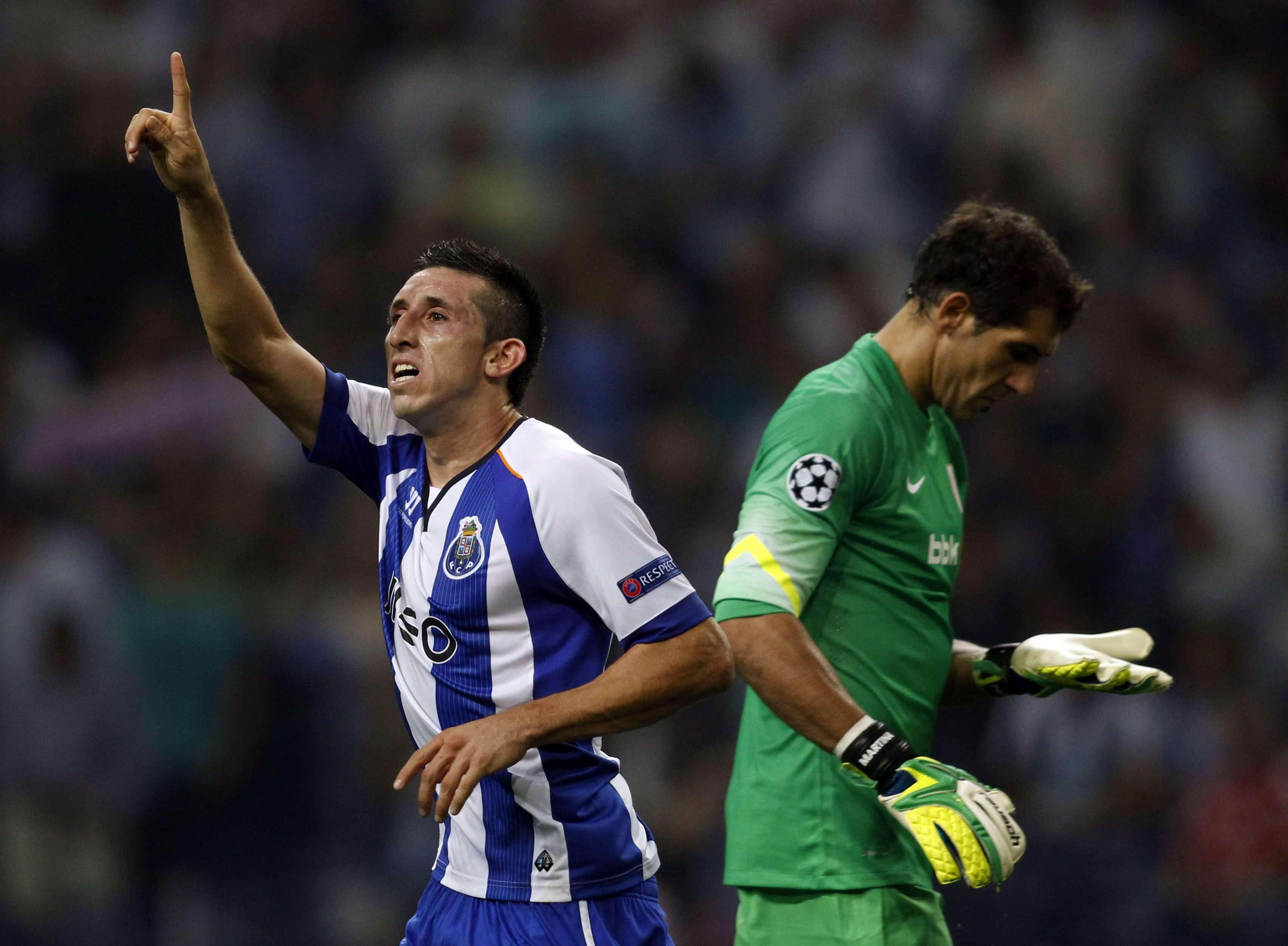 Herrera festeja um dos gols do Porto na vitória diante do Athletic Bilbao Foto: Miguel Vidal/Reuters