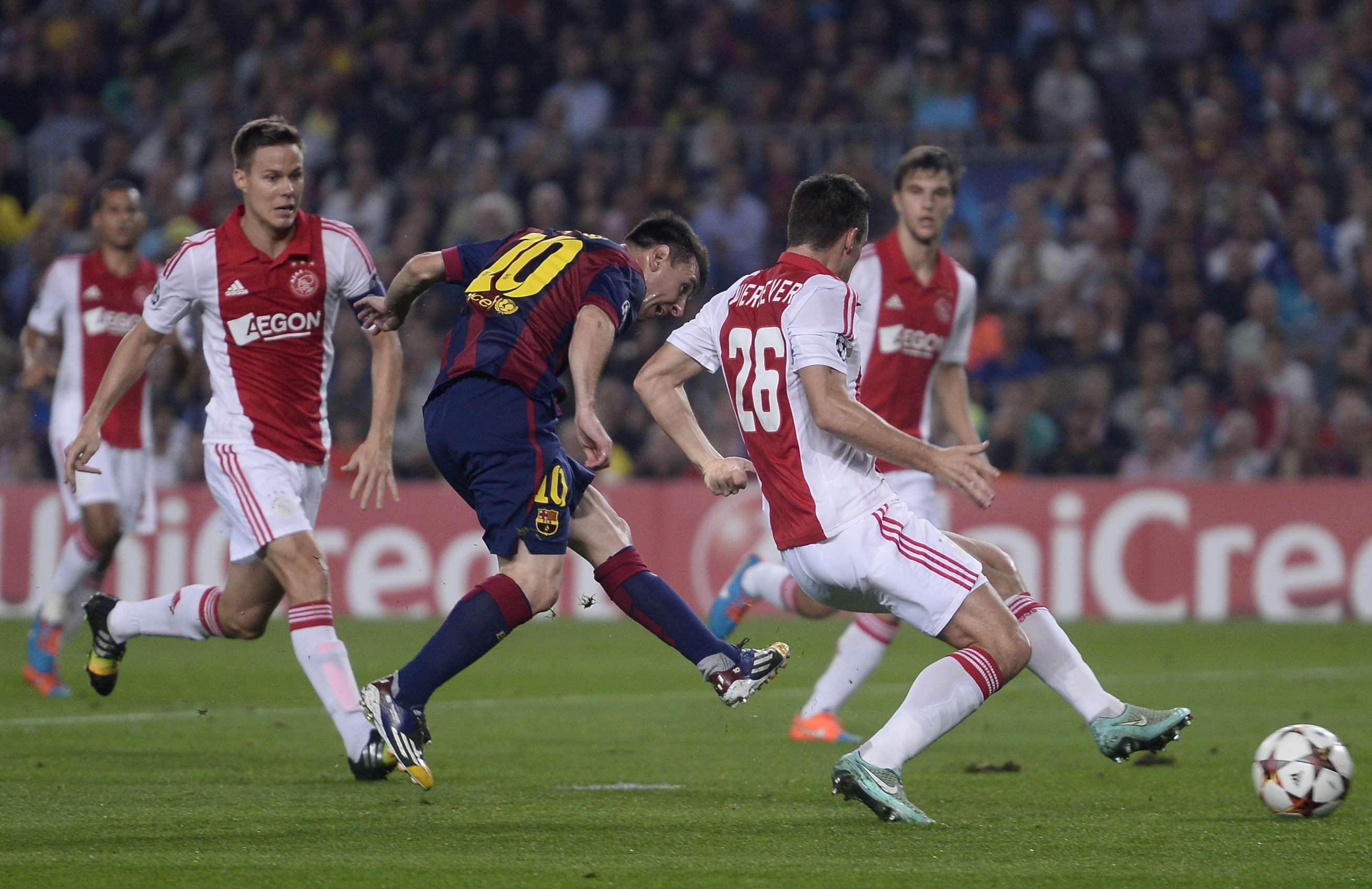 Mesmo cercado por rivais, Lionel Messi consegue arremate em duelo pelo Grupo F Foto: Manu Fernandez/AP