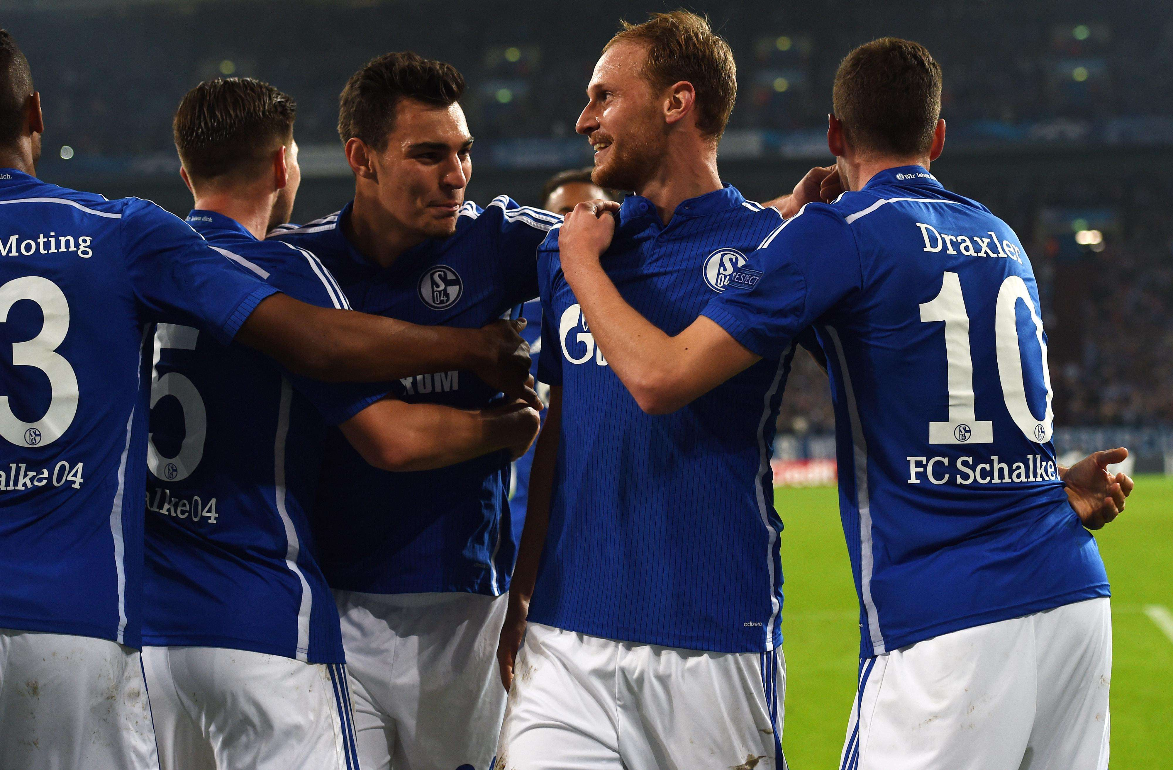 Zagueiro Hoewedes também deixou o dele a favor do Schalke Foto: Patrik Stollarz/AFP