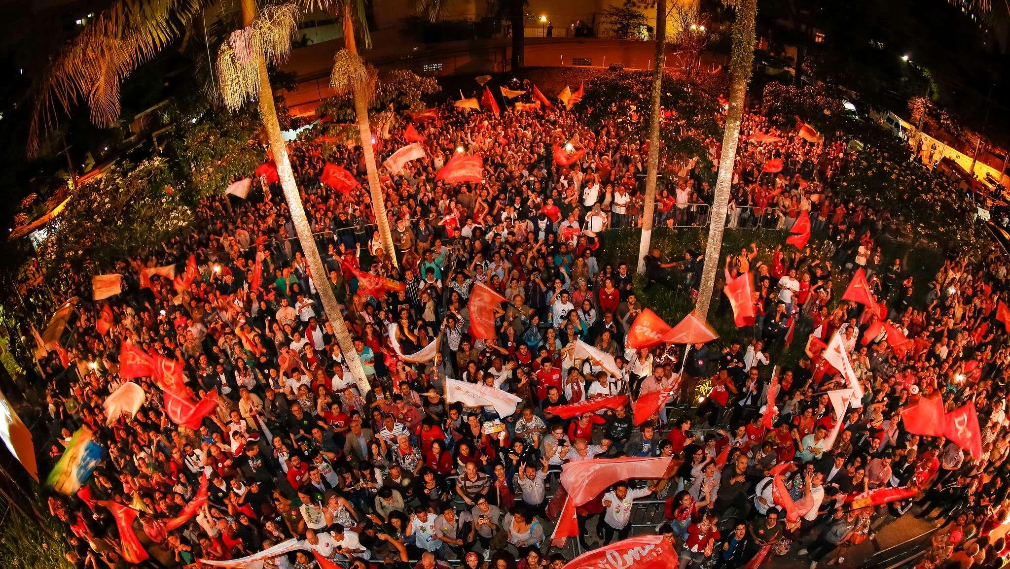Multidão que não conseguiu entrar no teatro acompanhou evento por um telão Foto: Divulgação