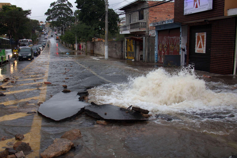 Adutora se rompeu na manhã desta terça em São Paulo Foto: Márcio Ribeiro/Futura Press