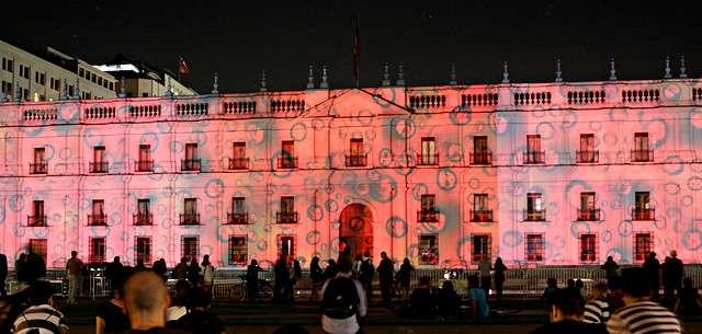 """Se realizó sobre la fachada del Palacio de la Moneda, la proyección """"La Moneda se vista de Ciencia"""" en el marco de la Segunda Conferencia Internacional de Cultura Científica (CICC) a realizarse entre el 20 y el 22 de octubre. Foto: Agencia UNO"""