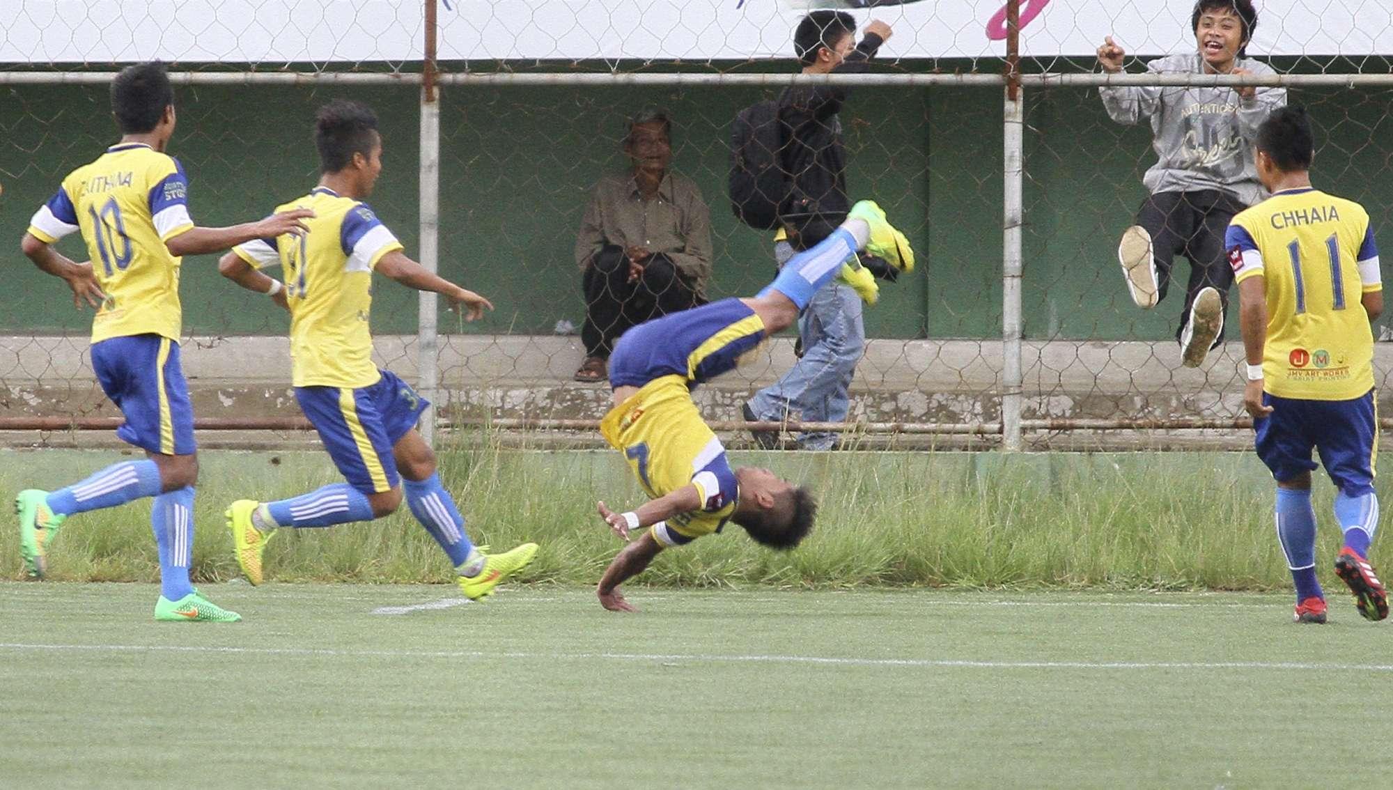 Biaksangzuala durante salto que provocou sua morte Foto: Ropuia Ralte/AP
