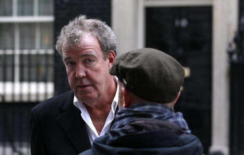"BBC automobile program ""Top Gear"" presenter Jeremy Clarkson speaks with a member of his crew while filming a segment outside 10 Downing Street in London November 29, 2011. Foto: Suzanne Plunkett/Reuters"