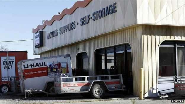 Según medios locales, la alerta fue dada por un empleado de la empresa de almacenes, que fue sorprendido por el olor nauseabundo que despedía un depósito para alquilar Foto: Reuters