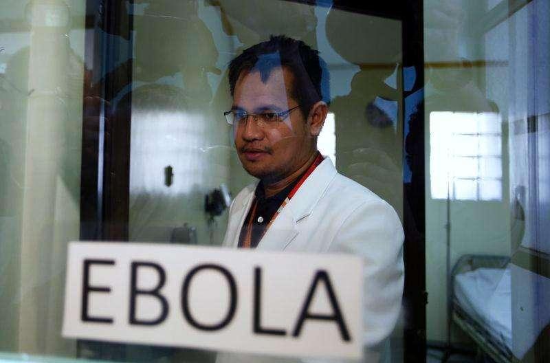 Un doctor dentro de una sala de aislación mientras muestra las medidas preparadas contra el ébola en un hospital en Alabang, 21 octubre, 2014. El comité de emergencia de la Organización Mundial de la Salud sobre el ébola se reunirá el miércoles para revisar el alcance del brote y si se necesitan medidas adicionales, dijo el martes una portavoz del organismo. Foto: Erik De Castro/Reuters