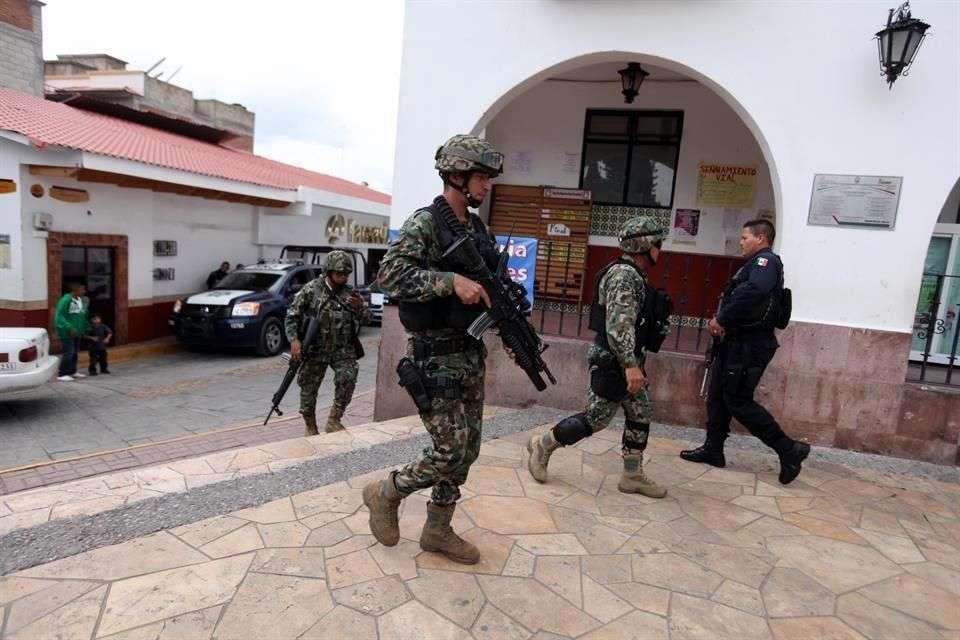 El Secretario General de Gobierno, José Manzur, informó que el jefe de Seguridad Pública de Ixtapan de la Sal y su segundo al mando fueron detenidos en el marco de la investigación que realiza el Gobierno federal tras asumir el control en 13 municipios, de los cuales 12 están en Guerrero y uno en el Estado de México. Foto: Sergio Castro/Reforma