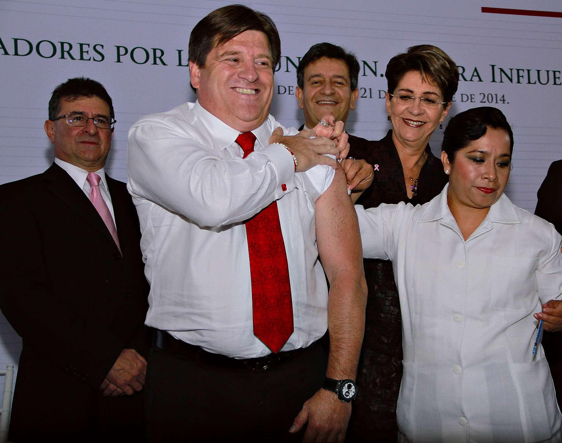 Miguel Herrera se aplicó la vacuna contra la influenza estacionaria. Foto: Imago7