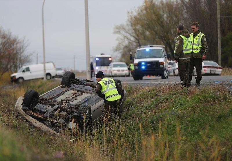 Polícia de Québec avalia carro virado em Saint-Jean-sur-Richelieu. 20/10/2014 Foto: Christinne Muschi/Reuters