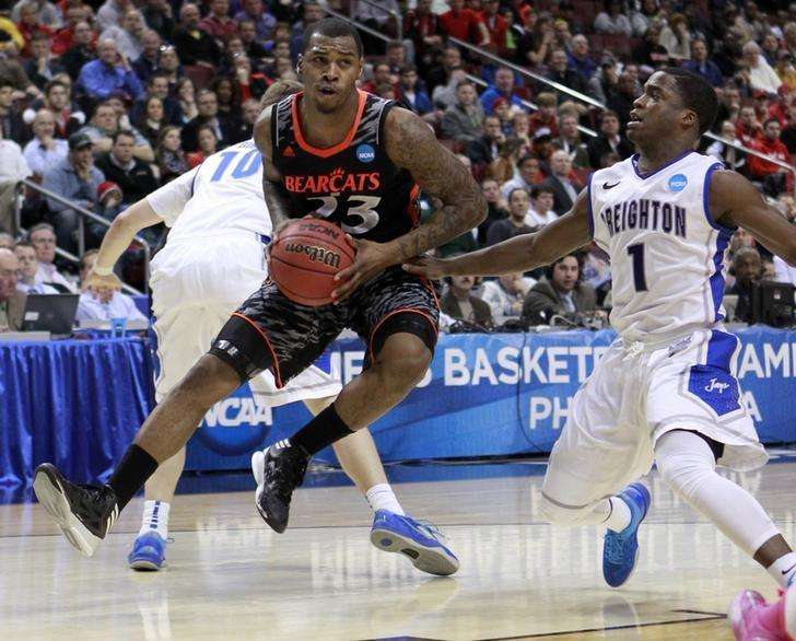 Cincinnati Bearcats' Sean Kilpatrick (23) drives past Creighton Bluejays' Austin Chatman (1) during the first half of their second round NCAA tournament game in Philadelphia, Pennsylvania, March 22, 2013. Foto: Tim Shaffer/Reuters