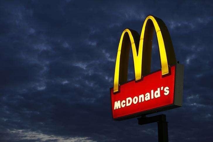 Un cartel de un restaurante McDonald's es fotografiado en Encinitas, California. Imagen de archivo, 09 septiembre, 2014. McDonald's Corp reportó una caída del 30 por ciento en sus ganancias trimestrales, golpeada por un escándalo de alimentos en China y una intensa competencia en Estados Unidos. Foto: Mike Blake/Reuters