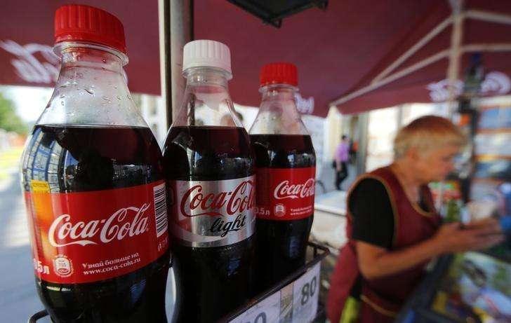 Botellas de Coca-Cola a la venta en el centro de San Petersburgo. Imagen de archivo, 06 agosto, 2014. Coca-Cola Co anunció que sus ganancias trimestrales cayeron un 14 por ciento y que está ampliando sus planes de reducción de costos, en momentos en que disminuyen los volúmenes de bebidas carbonatadas en Norteamérica. Foto: Alexander Demianchuk/Reuters