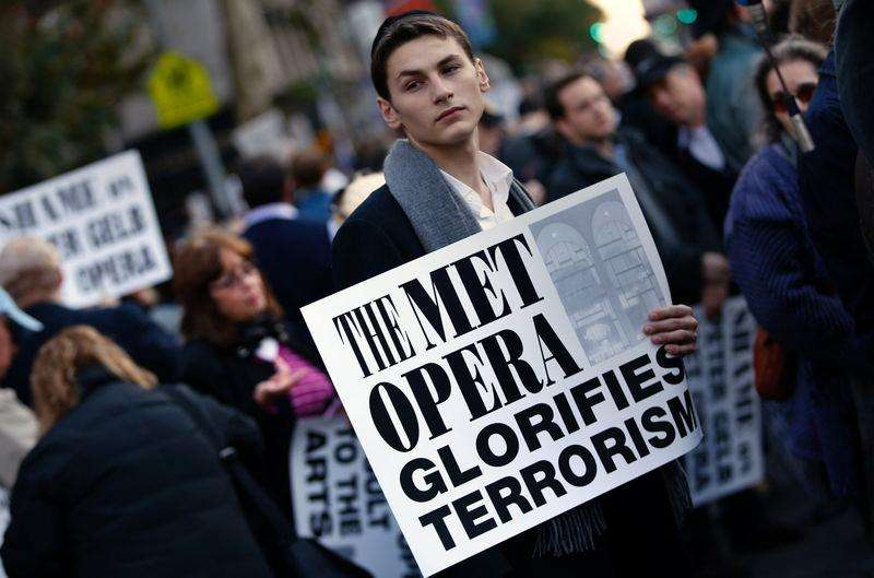 A protester holds a sign during a rally across from Lincoln Center and the New York Metropolitan Opera during a demonstration in New York, October 20, 2014. Foto: Mike Segar/Reuters
