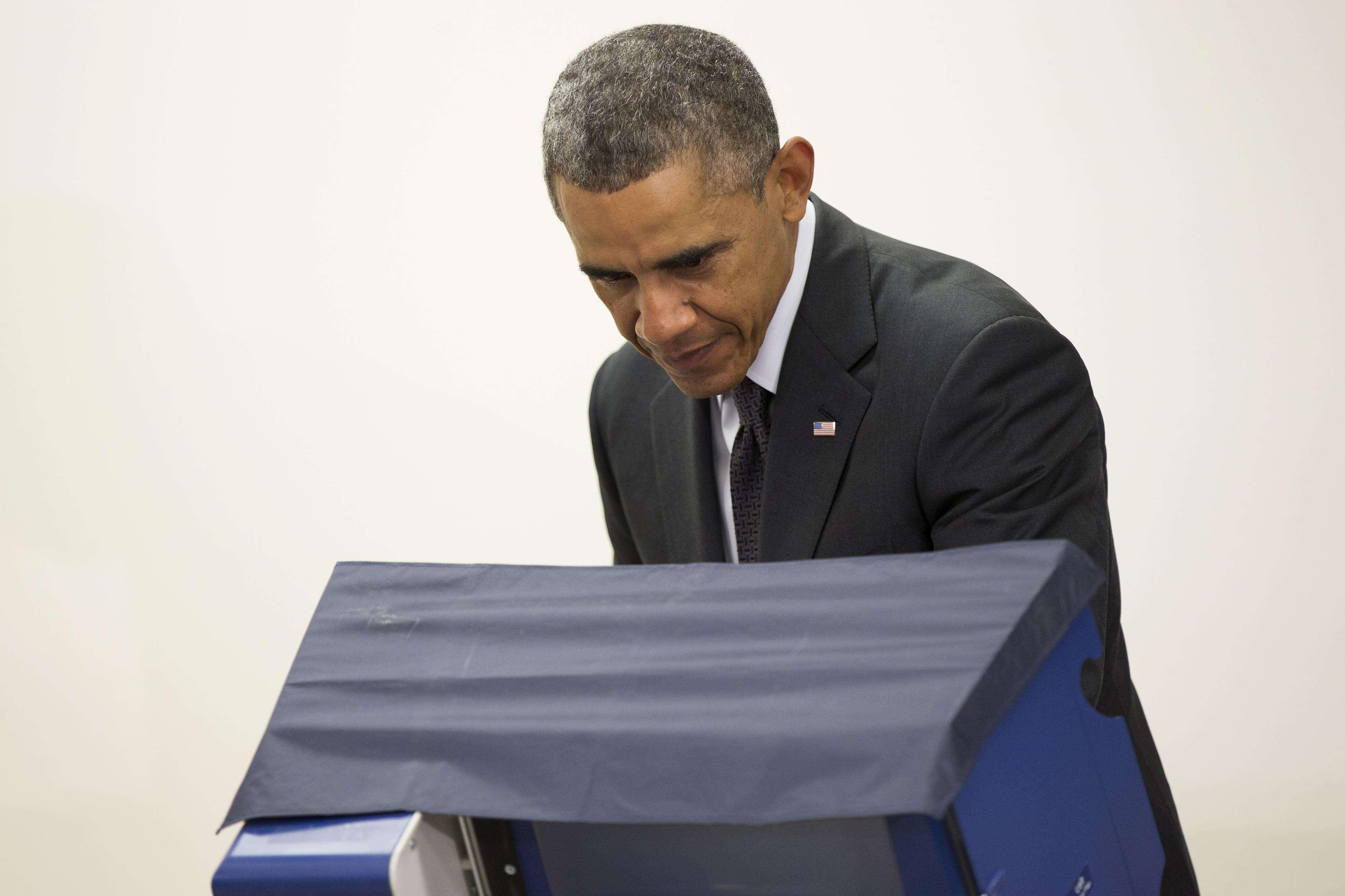 El presidente Obama emitió por adelantado su voto este lunes para las elecciones del 4 de noviembre. Foto: AP en español