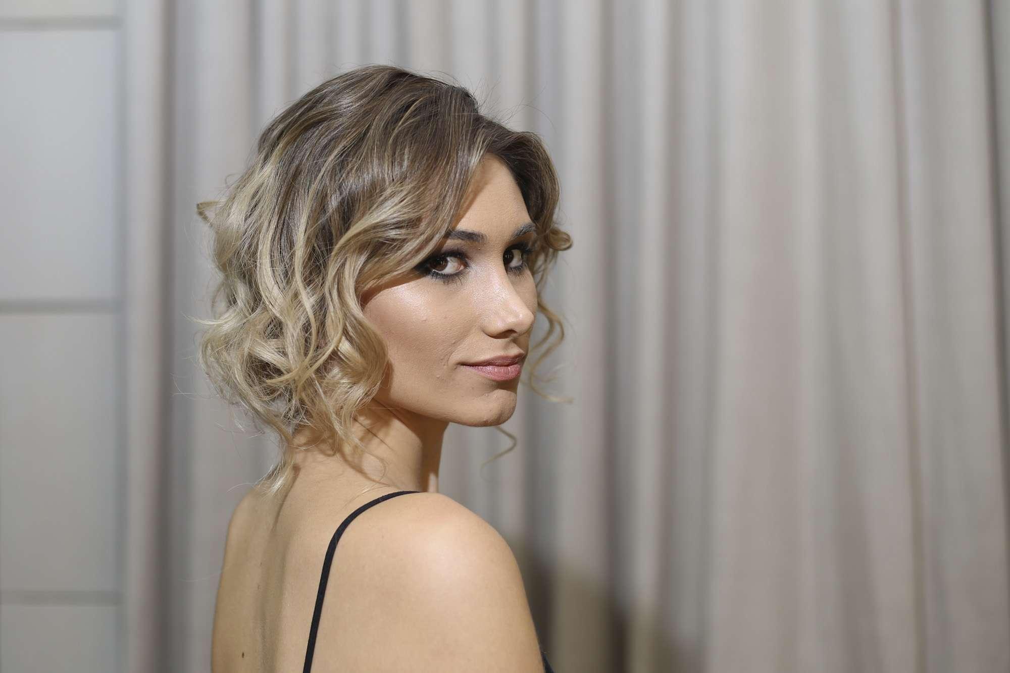 O penteado inspirado em Charlize Theron fica elegante, sofisticado e original Foto: Páprica Fotografia/Canarinho Press