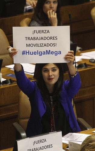 En medio del debate sobre la Reforma Educaconal, un grupo de diputados, levantaron carteles enviando fuerza a los trabajadores de MEGA que se encuentran en huelga legal. Foto: UPI