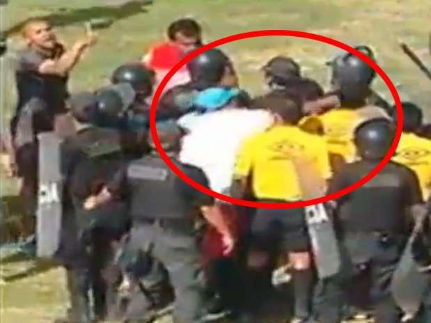 El momento de la agresión al árbitro Romel López. Foto: Captura de internet