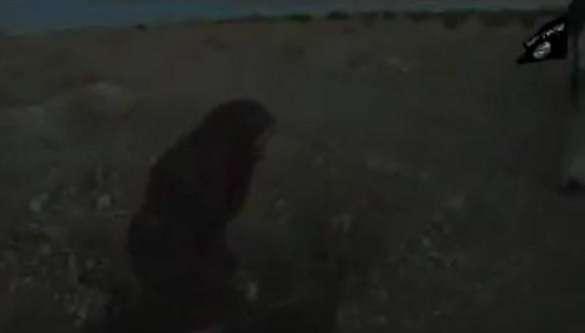 Em um vídeo divulgado pelos jihadistas, a mulher aparece amarrada e recebe pedradas de vários homens ao seu redor Foto: Twitter