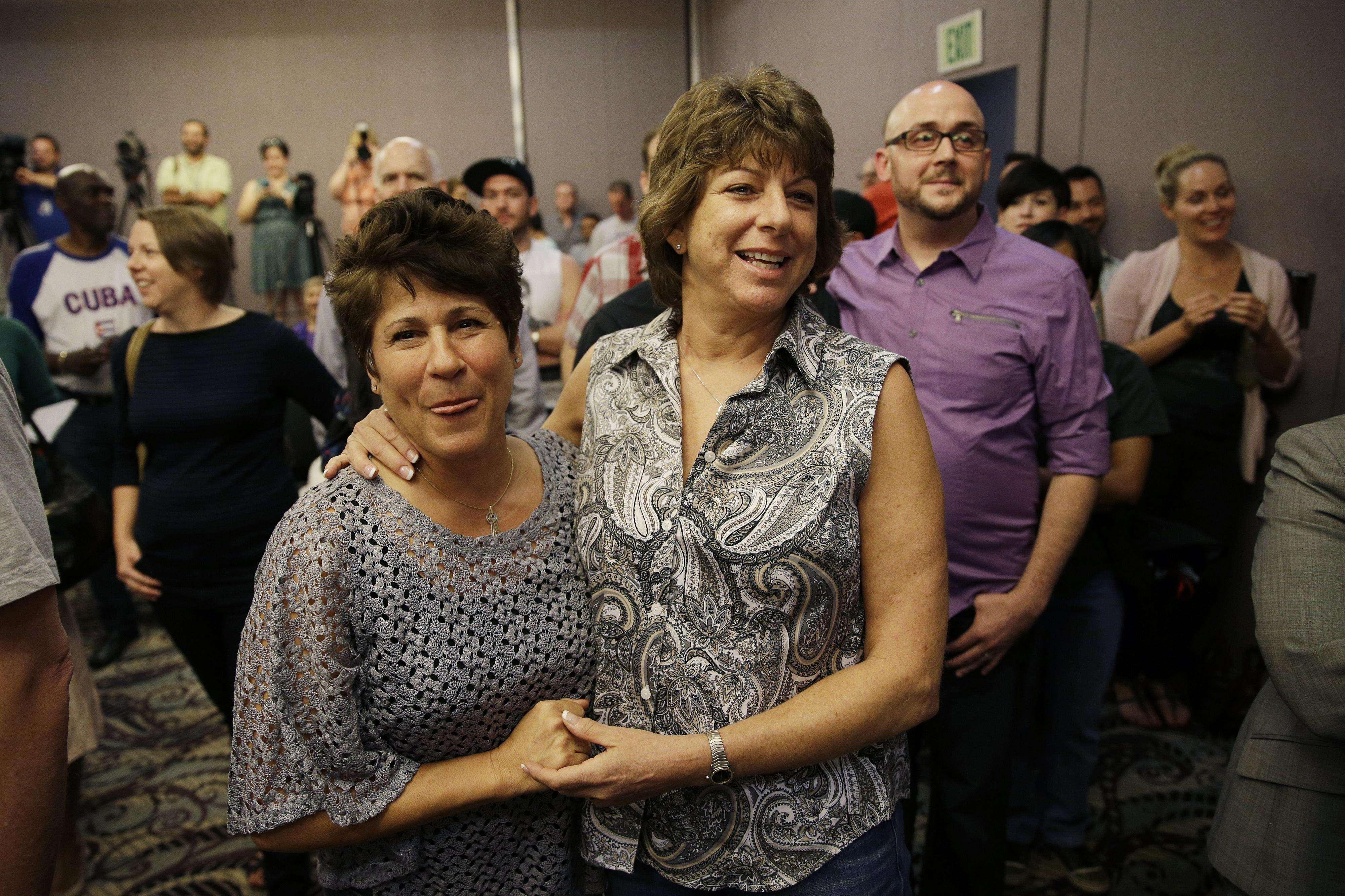 Mercy Leonard (izquierda) abraza a Gwen Leonard durante una concentración para celebrar el veredicto de un tribunal que rechazó la prohibición al matrimonio entre personas del mismo sexo en Nevada el martes 7 de octubre de 2014 en Las Vegas. Foto: AP en español