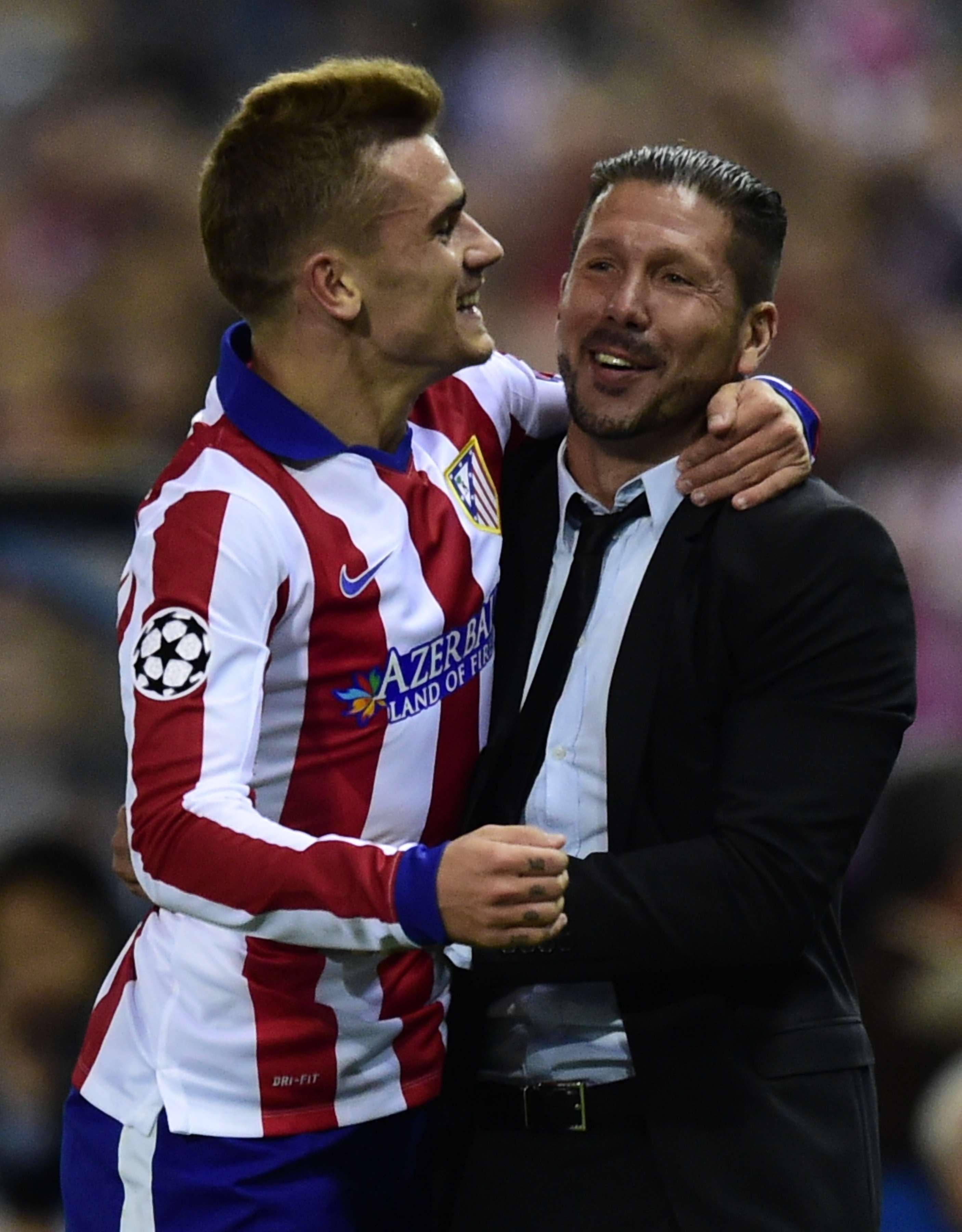 Grizmann abraça Siemone após deixar sua marca na partida Foto: Javier Soriano/AFP