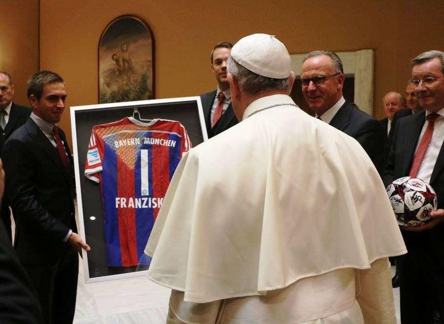 Lahm entrega la camiseta al Papa 'Franziskus'. Foto: Bayern de Munich