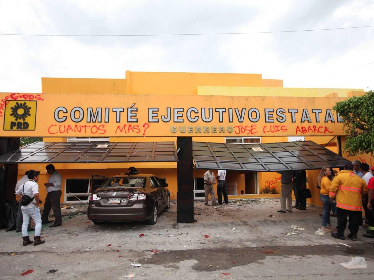 Oficinas del PRD en Guerrero incendiadas por Caso Ayotzinapa Foto: Terra