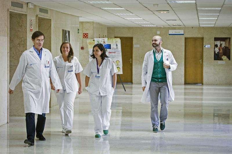 El equipo médico que atiende a la auxiliar de enfermería contagiada con el virus del Ébola, Teresa Romero. Foto: EFE en español