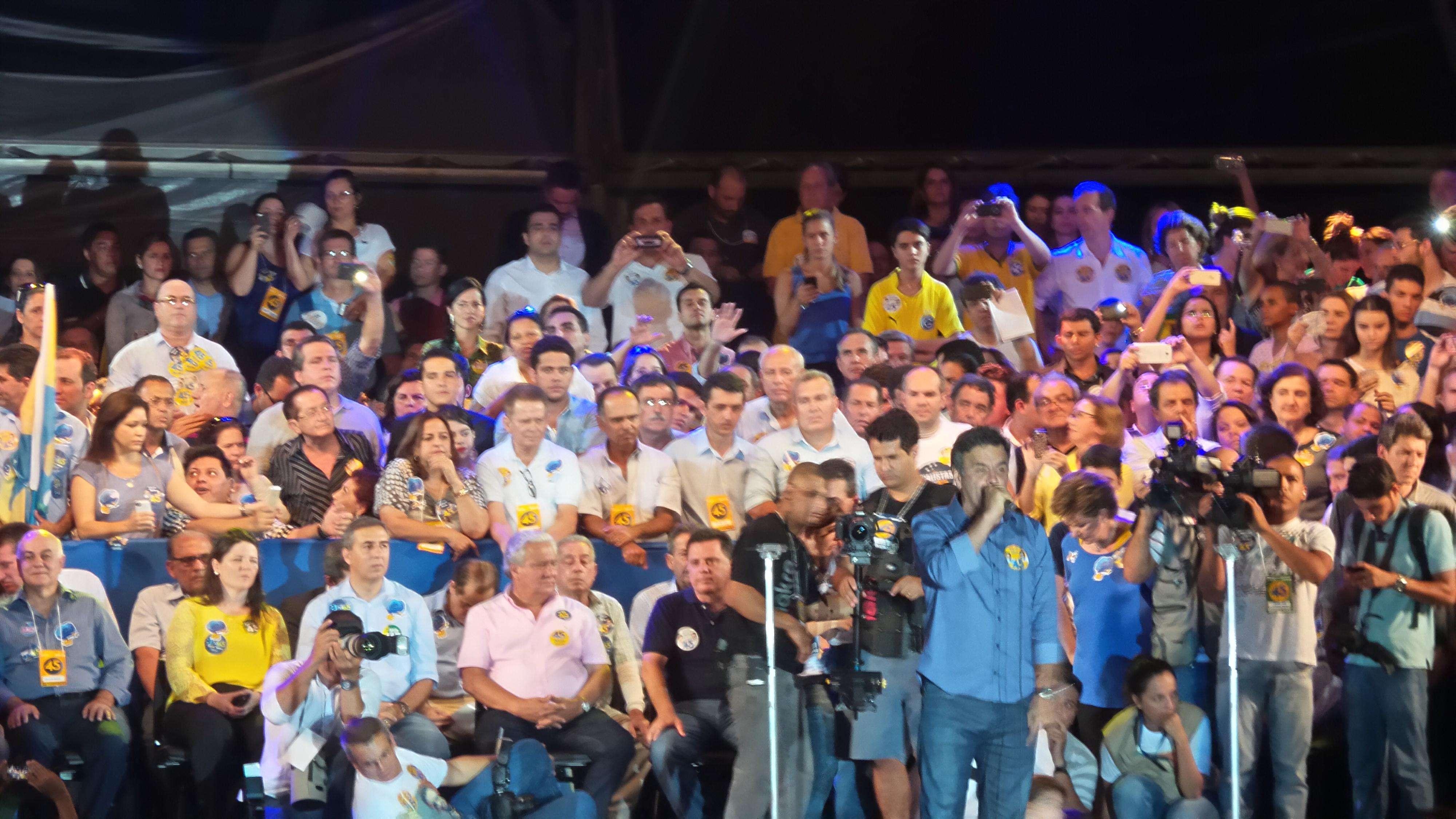 Em comício em Goiânia, Aécio Neves, candidato do PSDB à Presidência, falou sobre libertar o País e criticou o tom da campanha da adversária, Dilma Rousseff (PT) Foto: Janaína Garcia/Terra