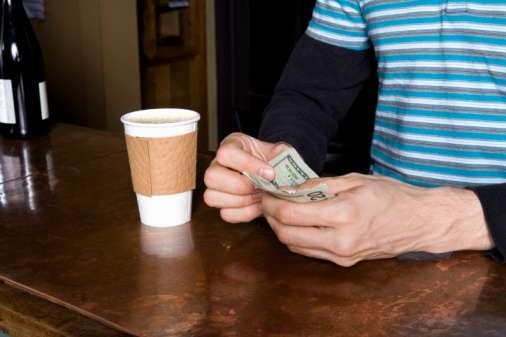 Casi todo el mundo gasta dinero en cafeína: el trabajador estadounidense promedio gasta cerca de $1,100 dólares por año en el café. Foto: Getty Images