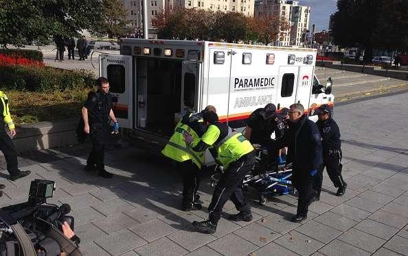 El policía asesinado montaba guardia en el Monumento a la Guerra en Ottawa, a pocos metros de Parliament Hill, el complejo que alberga el Parlamento canadiense Foto: Mike Carroccetto/Getty Images/AFP