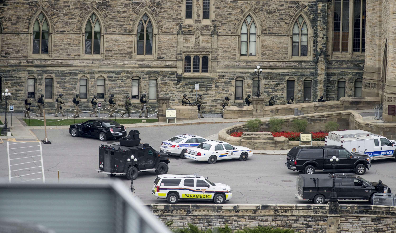 Policías entran al complejo donde se encuentra el parlamento canadiense en Ottawa el miércoles 22 de octubre de 2014. Foto: AP en español